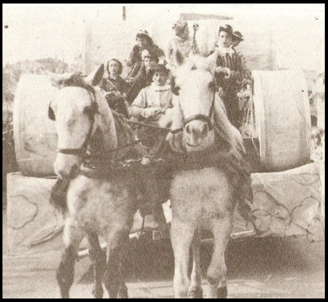 1. Το άρμα τής βασίλισσας του καρναβαλιού 1939. Βασίλισσα ήταν η Τασία Λούτα. Ανάμεσα στις κυρίες τής τιμής ήταν και η Τούλα Σπυροπούλου (η οποία υπάρχει και σε άλλη φωτό στην κατηγορία ΚΑΤΑΣΤΗΜΑΤΑ).jpg