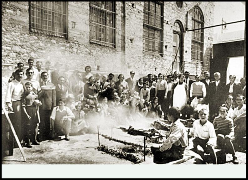 29. Πάσχα 1952. Σε ποιο παλιό εργοστάσιο της Πάτρας γιορτάζουν το Πάσχα οι συγκεντρωμένοι στη φωτογραφία;.jpg